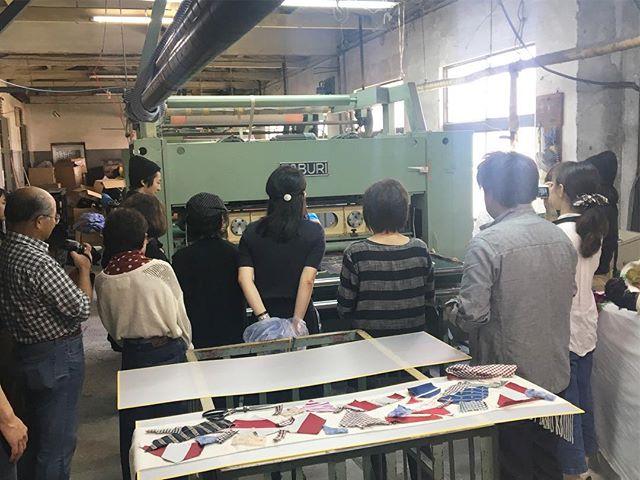 【ハタオリマチフェスティバル】昨日、今日と山梨県富士吉田市で行われていたハタオリマチフェスに参加させていただきました。ニードルパンチのワークショップは、想像よりもずっとわいわいがやがや楽しくできたと思っています。いろいろとお世話になった山梨県機織整理工場の小杉さんをはじめ、社長さん、工場長さん、スタッフの皆様本当にありがとうございました。また、この企画を考えていただいきました藤枝さん二転三転ありましまがとても楽しいワークショップになったと思います。ありがとうございました。また、来年お会いできるのを楽しみにしています。ありがとうございました。2017.10.7(sat)-10.8(sun) 10:00-16:00http://hatafes.jp/2017/2017/10/01/needle-punch/@hataorifes #poletopoletextile #textile #textiledesign #poletopole #hatafes #ポールトゥポール #ハタオリマチフェスティバル #ハタフェス