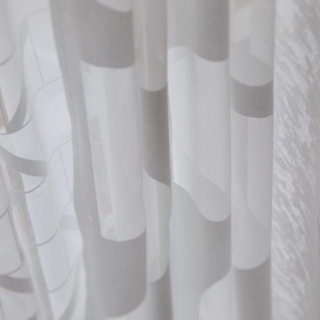 模様そのものが主役となるのではなく、場と一体化して一緒にその空間をつくり上げる模様があっても良いと考えています。そういった模様のテキスタイルが加わることで今までとはまた違った空間がみえてきます。(H)#poletopoletextile #textile #textiledesign #poletopole #softspace #emerge