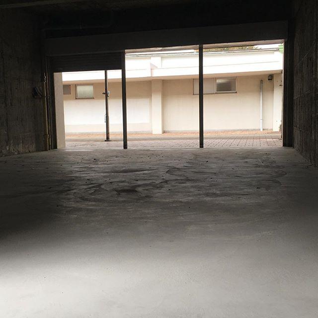 [pole-pole lab 改築002]床のコンクリートもおおむね敷かれ地面が平らになり、pole-poleのアトリエ改装も本格化できます。今日は備品等を運びこみました。明日よりスピードアップして改装を進めていきます!(H)#poletopoletextile #textile #textiledesign #poletopole #YuujiHIROSE #MasashiKONDO #YasunobuSHIMIZUDANI #ポールトゥポール #廣瀬勇士 #近藤正嗣 #シミズダニヤスノブ #poletopolelab