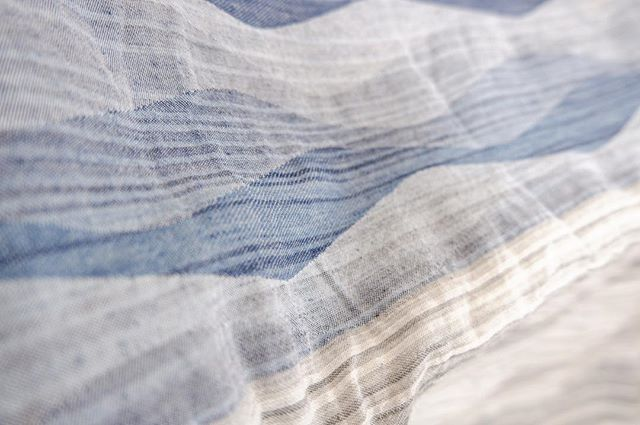 織ることで生まれる柄を播州(兵庫県西脇市)の大城戸織布さんと一緒に制作しています。年明けすぐのイベントに間に合うように進めていますのでご期待ください〜。(K)#poletopoletextile #textile #textiledesign #poletopole #jacquard #播州 #大城戸織布 #ジャカード #fabric