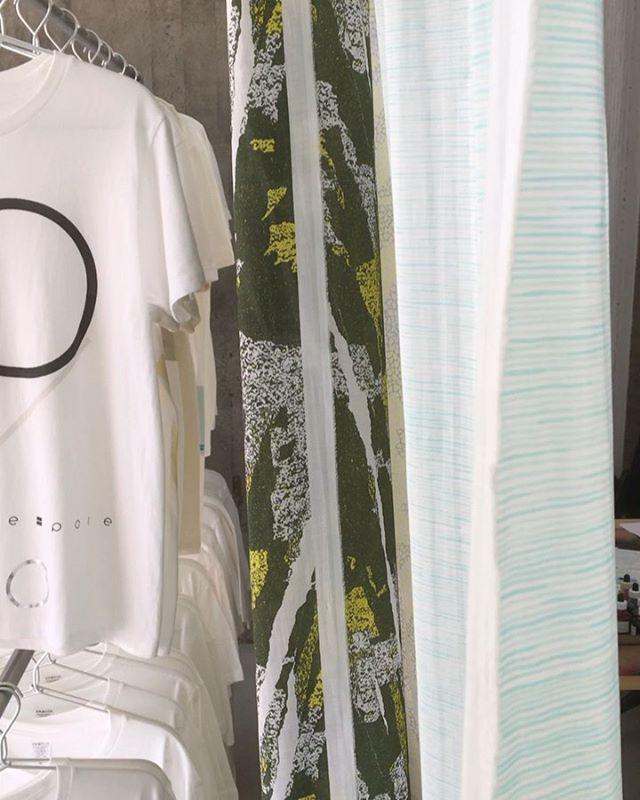 気持ちのいい天気ですね。LABにもいい風が吹いていて眠気を誘いますがお店番をしながら制作もしています。今日、明日も13時から18時でオープンしていますのでよければ遊びに来てください〜。(K).pole-pole LAB 調布市西つつじヶ丘4-23 神代団地35号棟 106号室13:00~18:00(基本、金土日オープン)pole-pole LABは手紙舎さんのつつじヶ丘本店、katakataさんのある神代団地商店街の並びにあります。.ワークショップ概要約30分予約不要 現地にて受付Tシャツ:4500円トートバッグ:2500円・#poletopole #poletopolelab #textile #textiledesign #テキスタイル #テキスタイルデザイン #シルクスクリーン #シルクスクリーンプリント #スクリーンプリント #ワークショップ #silkscreen #silkscreenprint #screenprinting #workshop #ポールの夏#延長戦