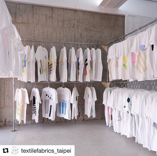 pole-pole LABのある神代団地にて本日「10月14日のもみじ市 in 神代団地」が開催されています。フードやクラフト、デザインなど沢山の方々が出展しています。LABではシルクスクリーンのワークショップを行なっていますので、オリジナルのTシャツやバッグをつくりにきてください! .◎「10月14日のもみじ市 in 神代団地」日程:10月14日(月)開催時間:10:00〜16:00会場:東京都調布市西つつじヶ丘4-23 神代団地(京王線「つつじヶ丘」より徒歩15分)主催:もみじ市実行委員会(手紙社内)後援:調布市.ワークショップ概要約30分予約不要 現地にて受付Tシャツ:4500円トートバッグ:2500円・#もみじ市 #poletopole #poletopolelab #textile #textiledesign #テキスタイル #テキスタイルデザイン #シルクスクリーン #シルクスクリーンプリント #スクリーンプリント #ワークショップ #silkscreen #silkscreenprint #screenprinting #workshop